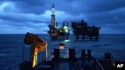 中海油公司在渤海的钻油井架(资料照)