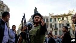Petugas keamanan Mesir membubarkan demonstrasi menentang pembebasan dua putra mantan presiden Hosni Mubarak di Kairo (22/1).