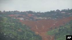 塞拉利昂首都弗里敦以东利金特地区发生泥石流,救援人员寻找幸存者 (2017年8月14日)
