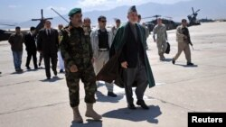 Президент Афганистана Хамид Карзай на авиабазе Баграм. 8 мая 2010 г.