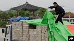 지난 2011년 판문점 인근을 지나는 한국 지방정부의 대북 의료지원 물자. (자료사진)