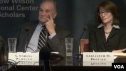 前美国广播理事会成员恩德斯·温布什(左)和自由欧洲电台的前副台长伊丽莎白·波泰尔