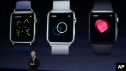 CEO Apple Tim Cook berbicara tentang Apple Watch baru dalam acara Apple, di San Francisco, California, 9 Maret 2015.