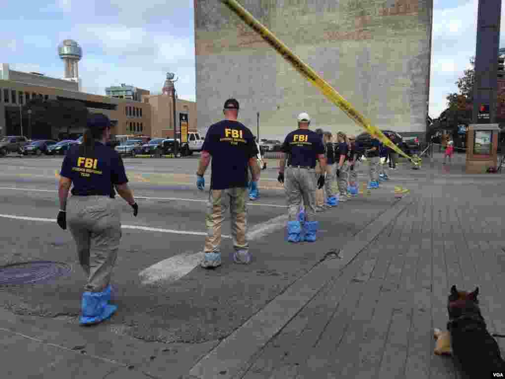 FBI inspecciona el área de ataque. En total, entre 1995 y 2016, 105 policías fueron asesinados en el cumplimiento de su labor en Texas, según datos del FBI.