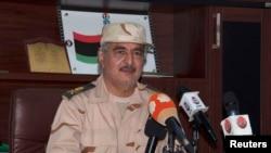Le maréchal Khalifa Haftar lors d'une conférence de presse après avoir survécu à une tentative d'assassinat à Al Marj, à l'est de Benghazi, en Libye, le 4 juin 2014.