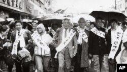1989年4月,王若望(中)在上海参加游行,争取新闻自由,支援学生运动