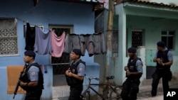 Polícia patrulhando uma favela