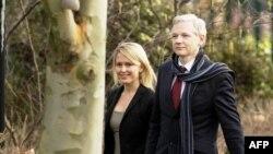 Osnivač Vikiliksa Džulijan Asanž i njegov advokat Dženifer Robinson dolaze na sudski pretres u Londonu, 24. februara 2011.