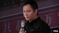 中国八九学运领袖王丹在台北六四26周年纪念会上朗读朋友写给他的六四感言(2015年6月4日,美国之音赵婉成拍摄)