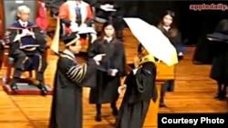 浸會畢業生11月15日攜黃傘領取證書遭校長拒絕(蘋果日報視頻截圖)