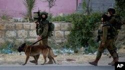 Binh sĩ Israel tuần tra tại trại tị nạn Balata ở thành phố bờ Tây Nablus, ngày 17/6/2014.