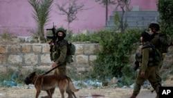Tentara Israel melakukan pencarian tiga remaja yang diculik di Nablus, Tepi Barat (17/6).