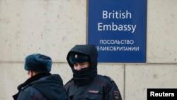Bộ Ngoại giao Anh không nói có bao nhiêu nhân viên ngoại giao tại Nga bị ảnh hưởng, trong khi Đại sứ quán Anh tại Moscow nói họ không công khai số lượng nhân viên của mình.