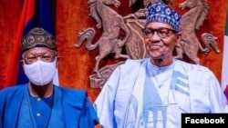 Shugaba Buhari (dama), Lai Mohammed (hagu) (Facebook/Fed. Min. of Information)