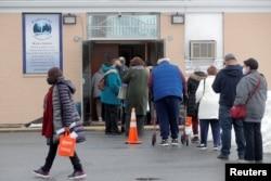 Orang-orang mengantri untuk menerima vaksin COVID-19 Pfizer di pusat vaksinasi komunitas pop-up di Gateway World Christian Center di Valley Stream, New York, AS, 23 Februari 2021. (Foto: Reuters)