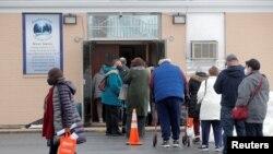 Người dân xếp hàng đợi tiêm vaccine ngừa COVID-19 của Pfizer tại một trung tâm tiêm ngừa ở Valley Stream, New York, ngày 23 tháng 2, 2021.