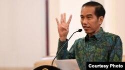 Presiden Joko Widodo memberikan keterangan kepada media mengenai Laporan Hasil Pemeriksaan Laporan Keuangan Pemerintah Pusat (LHK LKPP) tahun 2015 di Jakarta hari Senin 6/6 (foto: Biro Setpres RI).