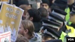 Mahasiswa Inggris melakukan aksi protes RUU yang akan melipatgandakan SPP perguruan tinggi di negara ini.