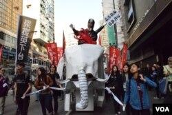 遊行隊伍的大白象道具,要求當局停建超支的基建工程。(美國之音湯惠芸)