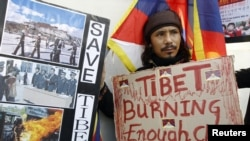 Seorang warga Tibet dalam demonstrasi pembebasan Tibet di Seoul, Korea Selatan. (Foto: Reuters/Jo Yong-Hak)