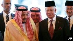 Raja Arab Saudi Salman (kiri) bersama PM Malaysia Najib Razak setelah upacara penyambutan dalam kunjungan di Kuala Lumpur, Malaysia, Minggu (26/2). Raja Salman melawat ke Indonesia mulai hari Rabu (1/3) ini.