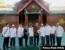 Duta Besar AS untuk Republik Indonesia, Joseph R. Donovan Jr, berfoto bersama pengurus Yayasan Masjid Cheng Hoo Surabaya, Kamis, 9 Mei 2018.(Foto: Petrus Riski/VOA)