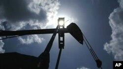 Campo de exploração petrolífero com mecanismo de bombagem