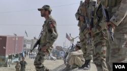 Pasukan keamanan Pakistan melakukan pengamanan dekat perbatasan Afghanistan tak jauh dari Lembah Swat (foto: ilustrasi).
