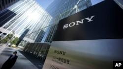 Chủ tịch Hãng phim Sony nói với các phóng viên là hãng không có sự lựa chọn nào khác là huỷ bỏ việc công bố bộ phim vì các rạp hát tại Mỹ không muốn chiếu phim này.