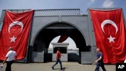 Bendera Turki di jembatan Galata, Istanbul. (AP/Petros Karadjias)