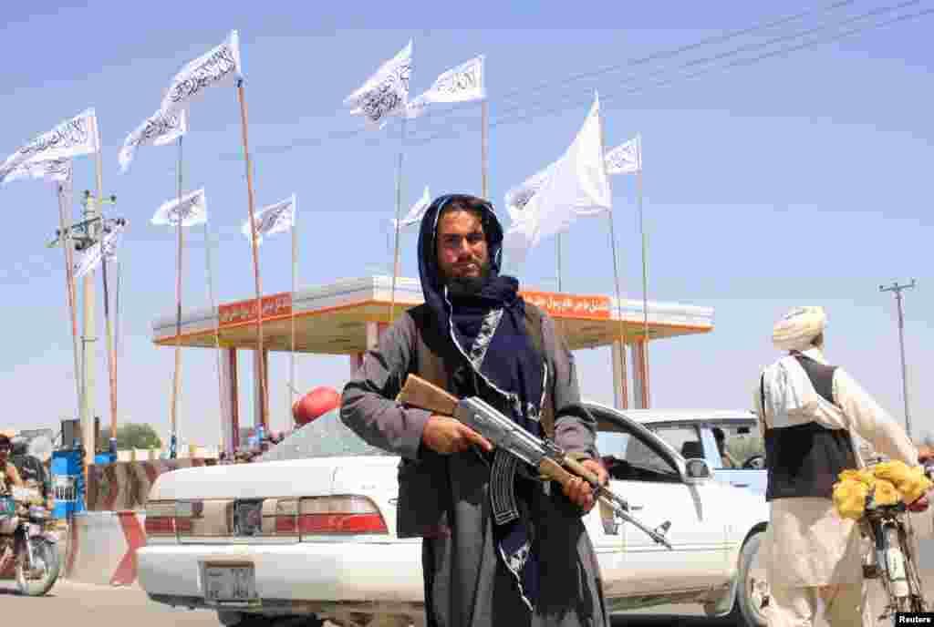 Taleban'ın Kabil'i kuşattığı haberlerinin ardından örgüt sözcüsü Zabihullah Mücahid, Taleban savaşçılarının güvenliği sağlamak için Kabil'e girdiğini belirtti