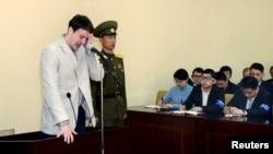 북한 최고재판소가 북한에 억류 중인 미국인 대학생 오토 웜비어(왼쪽) 씨에게 국가전복음모죄로 15년 노동교화형을 선고 했다고, 북한 관영 '조선중앙통신'이 보도했다.