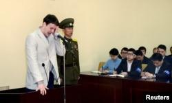 Sinh viên Mỹ Otto Warmbier khóc khi ra tòa ở Bắc Triều Tiên. Ảnh do KCNA đưa ra ở Bình Nhưỡng ngày 16/3/2016.