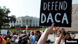 Soñadores y defensores del DACA durante una protesta frente a la Casa Blanca el 5 de septiembre, fecha en que se anunció la derogación del programa.