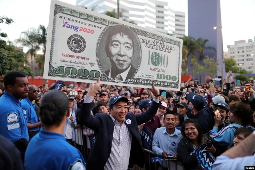 Кандидат в президенты США от Демократической партии Эндрю Янг поднимает знак поддержки после выступления на митинге в центре Лос-Анджелеса, Калифорния, 22 апреля 2019 года.