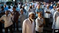 Mọi người tập trung gần hiện trường vụ án để phản đối sau khi một lãnh tụ Hồi giáo ở New York bị bắn chết lúc rời đền thờ sau buổi cầu nguyện chiều ngày 13/8.