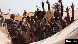 Warga distrik Lakouenga di Republik Afrika Tengah bersorak mendengar berita pengunduran diri Presiden Michel Djotodia,10 Januari 2014.
