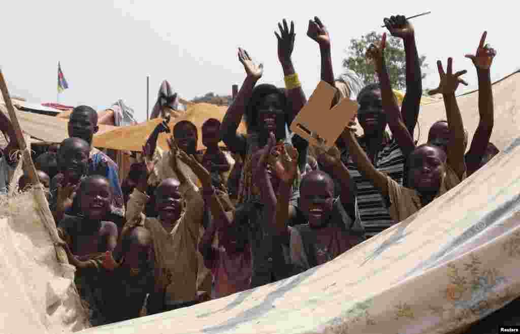 Crianças celebram a resignação do Presidente interino da República Centro Africana Michel Djotodia no distritode Lakouenga. Jan 10, 2014. Djotodia e o seu primeiro-ministro resignaram-se, de acordo com o comunicado enviado após a cimeira de dois no Chad.