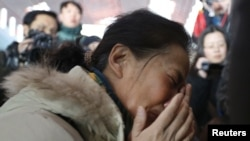 马来西亚MH370航班失踪后,一名乘客家属在北京国际机场痛哭流涕(2014年3月8日)