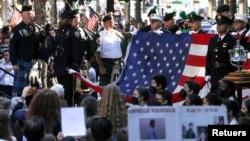 11일 미국 뉴욕시에서 열린 9/11 20주년 기념식에서 뉴욕 경찰관들이 희생자들을 위한 추모의 곡을 연주하고 있다.
