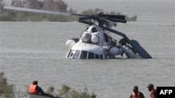 Pakistanski vojnici u akciji spasavanja posade helikopteta UN-a za dostavu pomoći žrtvama poplava zbog kojih su neki delovi zemlje i dalje odsečeni od ostatka Pakistana, 2. oktobar 2010.