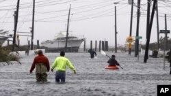 Một con đường ở New York ngập lụt trong trận bão Sandy
