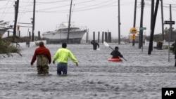 Badai super Sandy mengakibatkan banjir di jalan-jalan di Lindenhurst, New York (29/10). Sedikitnya 16 orang tewas setelah Sandy menerjang pantai Timur Amerika mulai hari Senin.