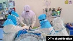 မႏၲေလးတိုင္းေဒသႀကီး၊ ဧရာစင္တာ ကိုဗစ္-၁၉ ေရာဂါ ကုသေရးဌာန၊ အထူး ၾကပ္မတ္ကုသေဆာင္(ICU)မွာ ေရာဂါျပင္းထန္စြာခံစားေနရသူကို ကုသေပးေနတဲ့ က်န္းမာေရးဝန္ထမ္းမ်ား။(ဓာတ္ပုံ -Ministry of Health and Sports, Myanmar - ဒီဇင္ဘာ ၂၄၊ ၂၀၂၀)