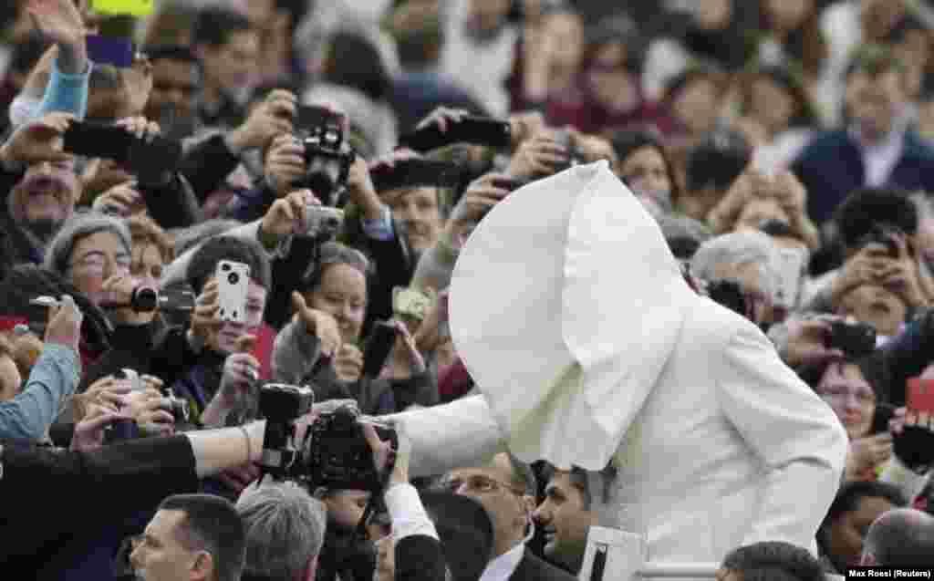 هنگام ورود برای شروع مراسم بارعام روز چهارشنبه در میدان سنت پیتر – واتیکان، ۳۰ بهمن ۱۳۹۲