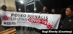 Sekelompok wartawan di Posko Liputan Covid-19 Sulawesi Tengah di Palu, Sulawesi Tengah, 29 Maret 2020. (Foto: Courtesy/Sugi Efendy)
