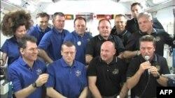 Posada šatla Endevor, u crnim majicama, i posada Međunarodne svemirske stanice, u plavim