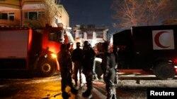 Policías afganos montan guardia en el lugar atacado por el Talibán en Kabul.