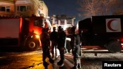 阿富汗警察在塔利班袭击喀布尔外宾住所的现场