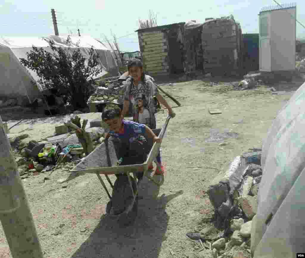 بازی کودکان زلزله زده، سرپل ذهاب، روستای تایشهای عکس: ابراهیم خرمی (ارسالی شما)